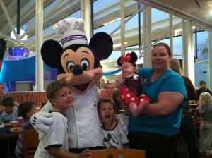Disney Character Meals - Pros and Cons | AlwaysMovingMommy.com | Trying to decide if a character meal is right for you? These pros and cons will help you decide.
